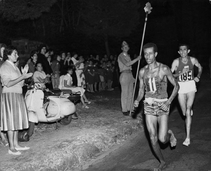 Juegos Olímpicos de 1960. El etíope Abebe Bikila gana la maratón corriendo descalzo.