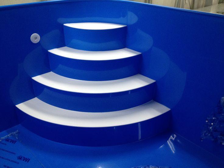 4 stupňové rohové schody s bílýma nášlapama v bazénu