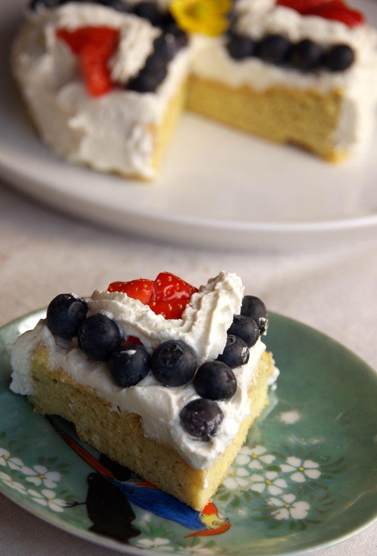 Nydelig, sukkerfri og glutenfri kake. Oppskrift her: http://dedication.blogg.no/1399811116_rdt_hvitt_og_bltt.html