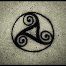 Este símbolo representa la sagrada trinidad celta, cuyo significado varia si el enfoque es cristiano, pagano o moderno. Puede representar la sagrada trinidad cristiana de Padre, Hijo y Espíritu Santo; en el paganismo es la conjunción de pasado, presente y futuro, significando crecimiento y evolución; o puede ser símbolo del equilibrio entre mente, cuerpo y alma de acuerdo la visión moderna o new age.