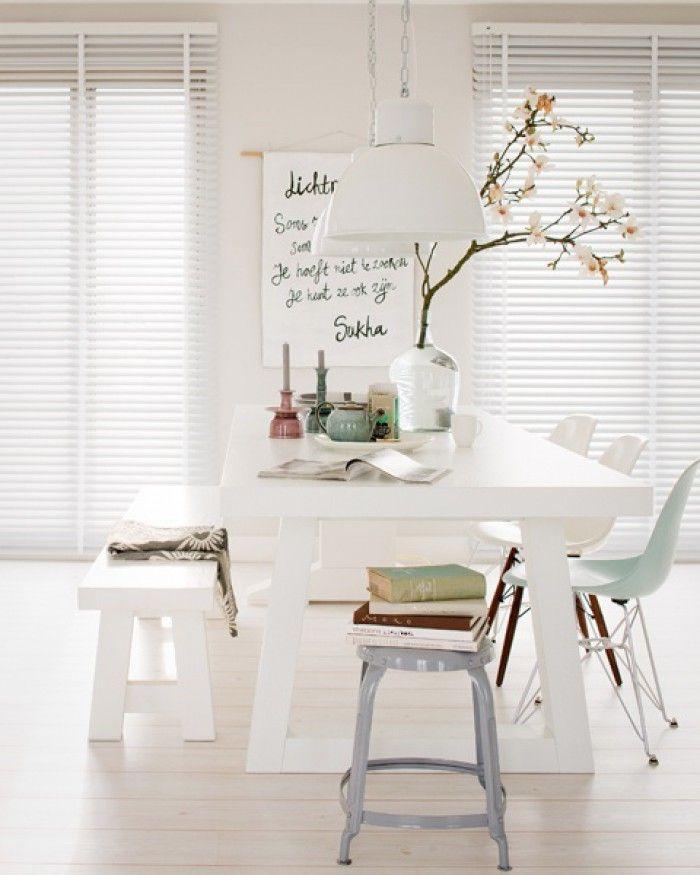 Een overzicht van dingen die ik direct in mijn interieur wil toepassen. - mooi setje: witte tafel met gekleurde stoeltjes