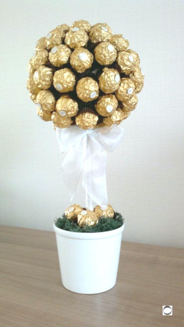 Luxurioser Ferrero Rocher Baum Ansehnliche Und Gleichzeitig Leckere Dekoratio Ansehnliche Baum Dekoratio Geschenkideen Geschenke Ferrero Rocher Baum