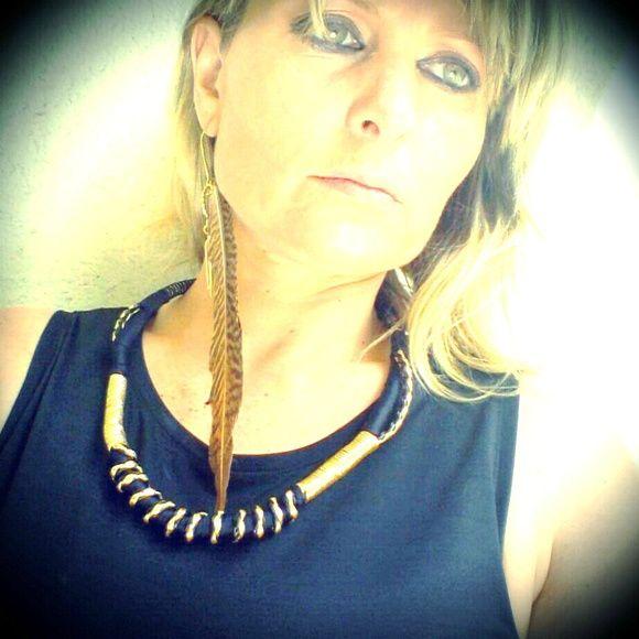 Conjunto de colar e brinco com fios e cordas, estilo tribal , brinco com pena de faisão , tend~encias étnicas para verão 2014. R$ 60,00