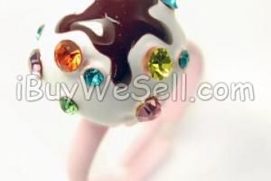 CUPCAKE RING Jättesöt ring!  Bakverket är ca 15 mm och ringen är justerbar. En storlek passar alla!  To check the price click on the picture. For more #fashion products visit http://www.ibuywesell.com/en_SE/category/Women/609/ #fashion #ladies #female #ring #jewelry #women