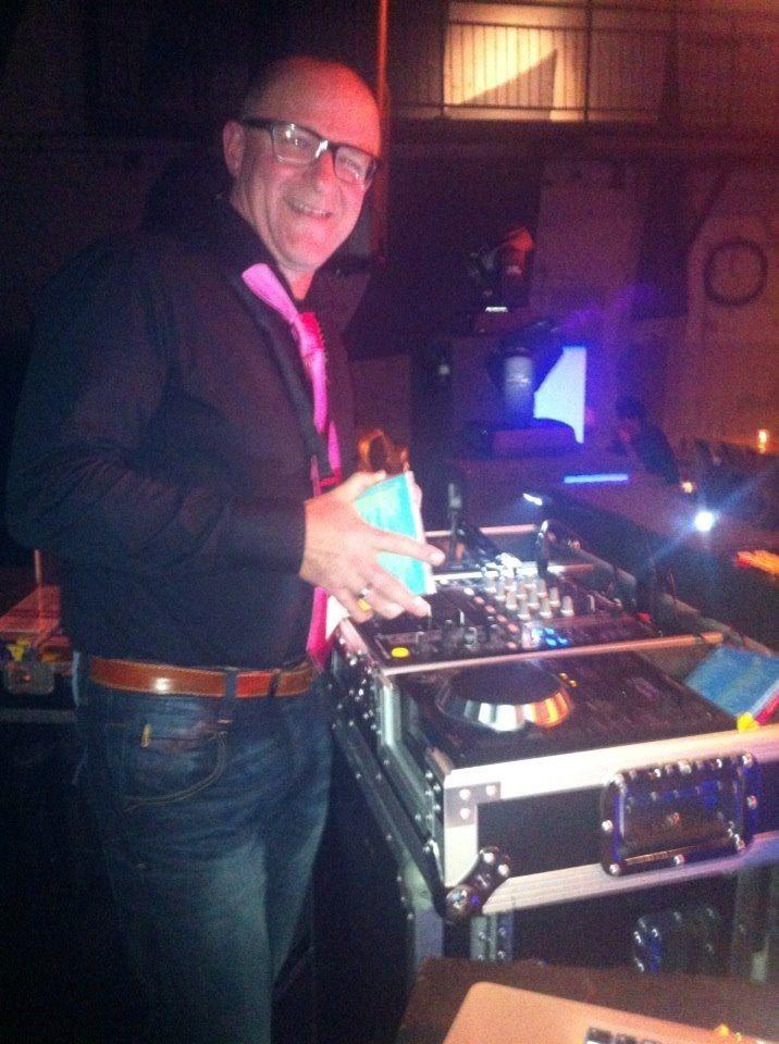 DJ tijdens stomend feest van Master Photographers Network bij de Fabrique in Utrecht