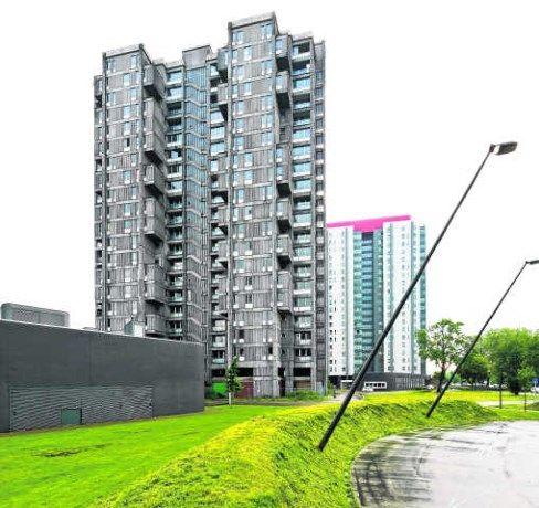 """Antwerpen Kiel, de woontorens """"Silvertop"""" aan de Jan Denucéstraat. Met de opsmuk van de eerste toren won Woonhaven in 2007 al de Hipolietprijs. De tweede toren werd op een gelijkaardige manier gerenoveerd, maar kreeg een rode kleur in plaats van blauw aan de buitengevel. De derde  geel-groene kleuren aan de buitenkant."""