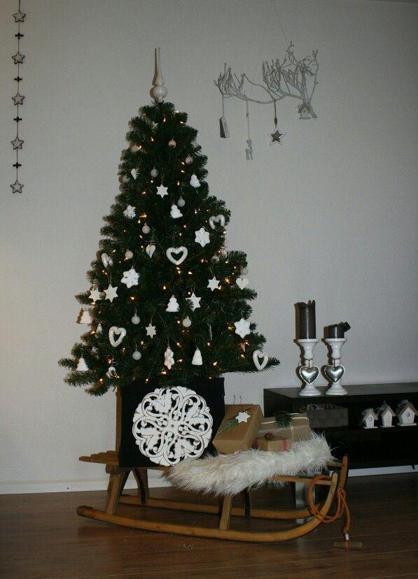 Kerstsfeer, kerstboom op slee