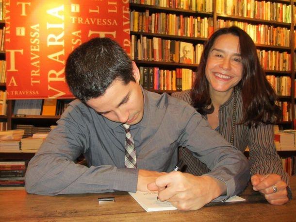 Jornal do Brasil - Heloisa Tolipan - Cercado pela família e amigos, Pedro Neschling lança seu primeiro livro, no Rio.