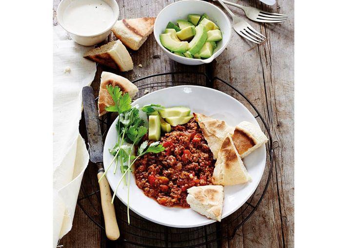 Meksikansk gryte med pannestekt brød, avokado og rømme | Tara.no