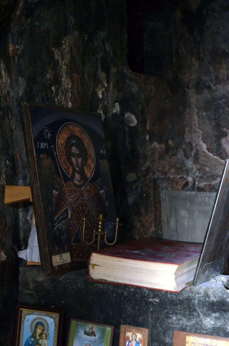 Крошечная церковь имени святого Габриэля высоко в горах Сванетии. Обычно она закрыта на замок, но в этот раз семья сванов пришла отметить и благословить крещение мальчика. Был принесен в жертву барашек и проведена небольшая служба. Женщинам внутрь входить запрещено. Сама церковь была построена в 9-10 веке.  Сванское христианство немного удивляет своими отличиями. Но важно помнить что в Грузию оно пришло существенно раньше Киевской Руси. Здесь можно много рассуждать было ли оно больше…