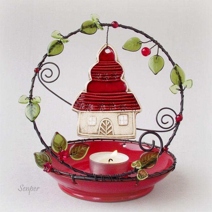 Domeček ve stráni - svícen Drátovaný svícen ( stínohra ) na čajovou svíčku z černého žíhaného drátu. Tento svícen vznikl spojením keramiky od mých oblíbených autorek a mé drátenické práce :) Červená keramická miska pochází od Ivuchasa keramický domeček odKronmon74. Svícen je zdoben skleněnými korálky v červené a zelené barvě. Rozměry : výška cca 16,5 ...