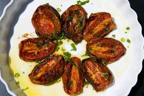 Vai preparar carnes vermelhas, frango ou peixes? A dica para acompanhamento são os tomates assados: basta temperar, colocar no forno e esperar.