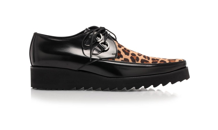 Leather lace-up shoes with rubber crepe. The shape, quite pointy, recalls the English shoes worn by Rockabillies, come back into fashion in the 80's and now again. By Dsquared