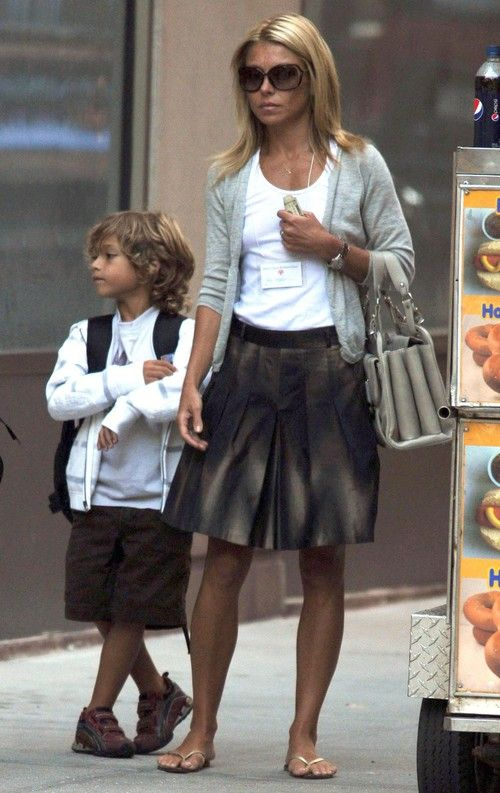 kelly ripa  | Kelly Ripa and her youngest son Joaquin, 6, stopped by a hot dog cart ...