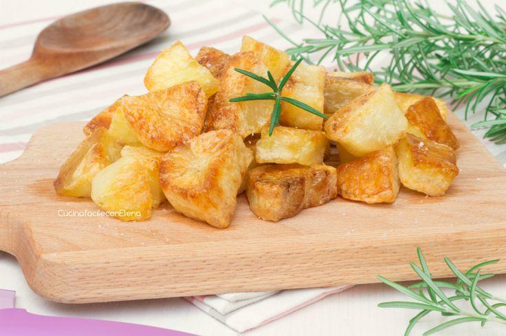 Le patate al forno croccanti sono una ricetta che piace proprio a tutti, ecco degli accorgimenti e segreti per renderle perfette utilizzando pochissimo olio