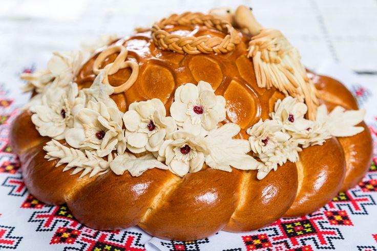 Как печь свадебный каравай? Ведь именно это изделие издревле является символом огромного семейного счастья, плодородия и перехода от беззаботности холостяцкой жизни к крепкой семейной.
