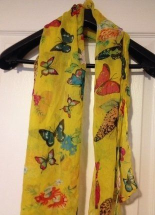 À vendre sur #vintedfrance ! http://www.vinted.fr/accessoires/autres-accessoires/26588847-foulard-jaune-imprime-papillons