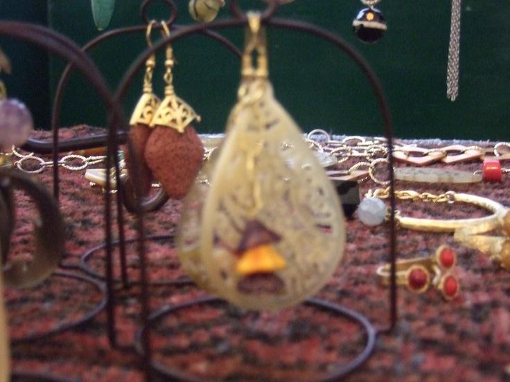 orecchini in corno ed ottone placcato oro con capanelline di vetro
