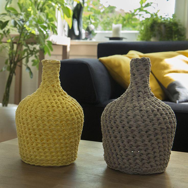 De regenboogvazen van SIMMEL trekken meteen de aandacht vanwege hun originaliteit. Door de rustige, eenvoudige vorm van de glazen vazen komen de handgemaakte hoezen perfect tot hun recht. De hoezen zijn gemaakt van een speciaal hiervoor uitgekozen garen en zijn gemakkelijk te verwijderen. U kunt uw vaas in een handomdraai een nieuw uiterlijk geven door de hoes te vervangen. Een SIMMEL regenboogvaas past in ieder interieur.