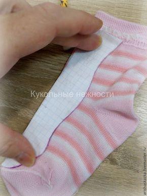 Из чего же ,из чего же, из чего же, сделаны эти чулочки? Из носочков и ползуночков ,купленных в детском отделе! Да ,да, полосатенький трикотаж для одежды куколок я ищу в детских отделах. Мне нравятся пастельные оттенки и нежные,натуральные материалы . Нам понадобится: 1. Трикотаж (в данном случае детские носочки). 2. Маркер по ткани или карандаш. 3. Ножницы. 4. Швейная машинка. 5. Нитки 1.