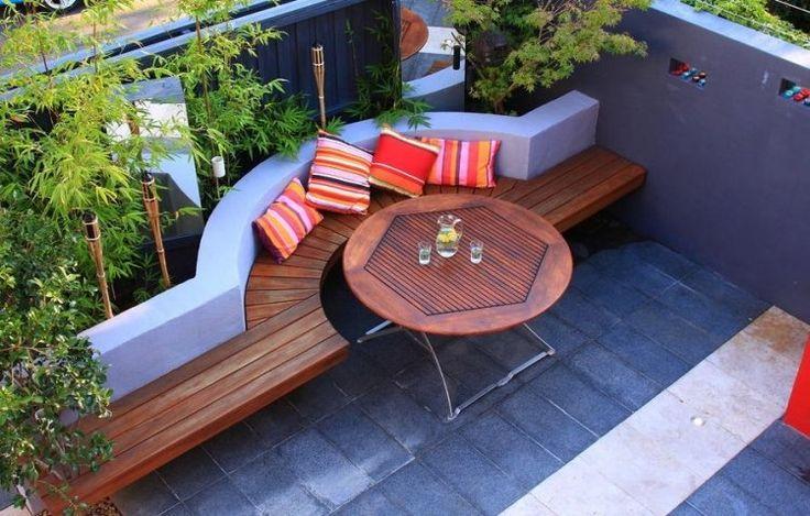 runder Esstisch und Sitzbank aus Holz - gemauertes Hochbeet