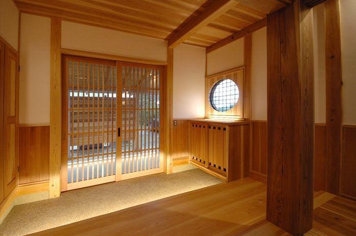 木に包まれる和風玄関-1(『光陰の家』〜自然素材にこだわった和モダンの家〜)- 玄関事例|SUVACO(スバコ)