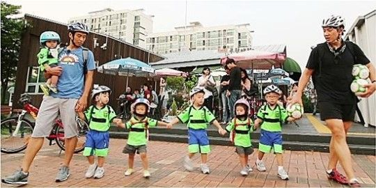"""The October 11 episode of """"Superman Returns"""" will feature the Song Triplets learning soccer from the former soccer player Lee Dong Gook. Interesting enough, the three brothers show completely different reactions.Daehanis the most enthusiastic, and he shouts, """"Let's kick aro..."""