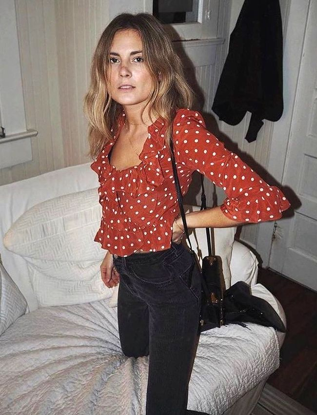 Blouse à pois rouges + slim noir + boots esprit santiags = le bon mix (photo Lucy Williams)