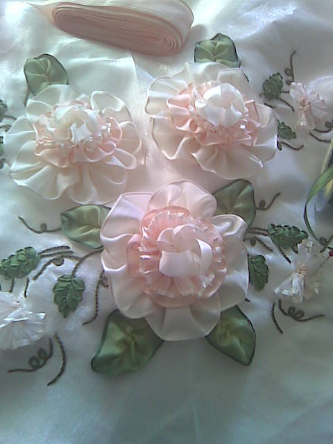 Lovely ribbon flowers. http://nurum-nurum.blogspot.in/