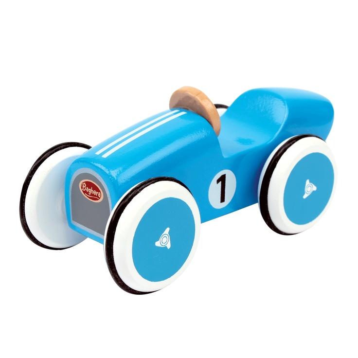 Les petites voitures en bois de Baghera. Celle-ci reprend le look des voitures de course des années 30-40. Avec son châssis et ses roues en bois, des pneus en caoutchouc noir, les mini bolides seront des compagnons de jeu parfaits pour vos enfants.  Collectionnez-les toutes !