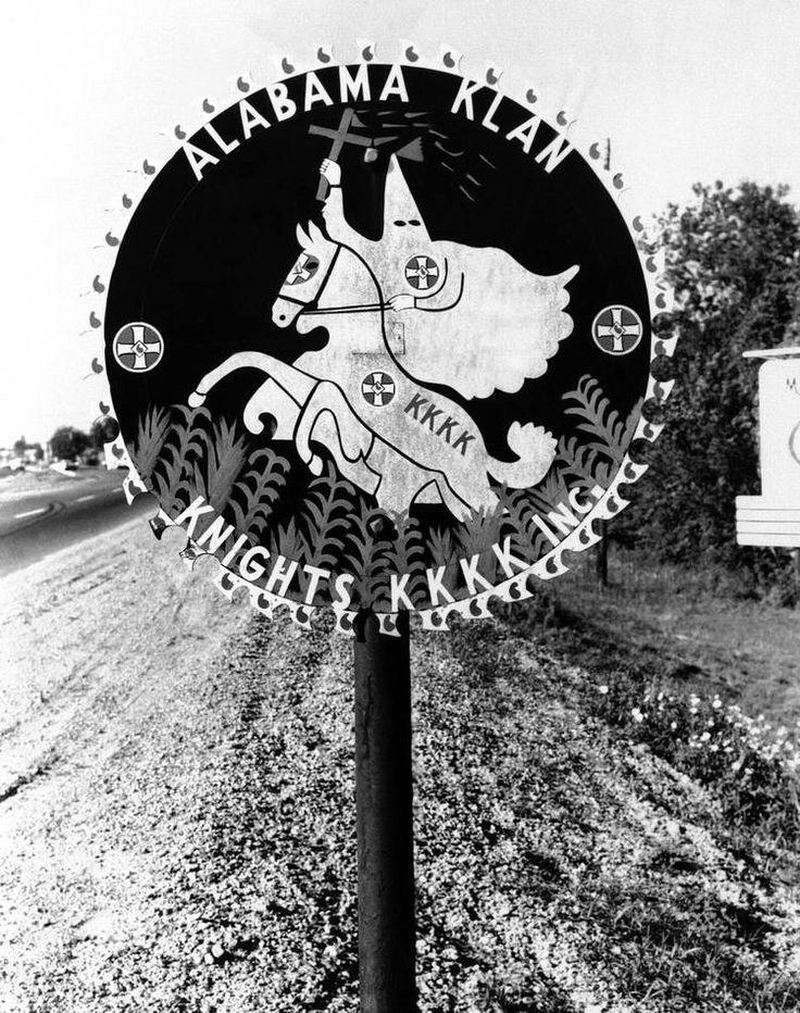Устрашающий дорожный знак с изображением символики Ку-клукс-клана в окрестностях Монтгомери, штат Алабама (1961 год)