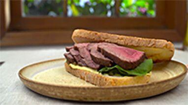 Sanduíche de rosbife de filé mignon por Academia da carne Friboi