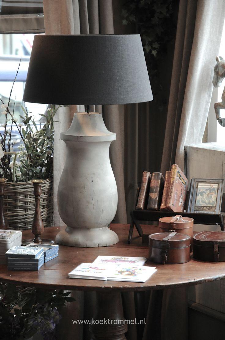Net mijn tafeltje zo tussen twee ramen, zwarte lampenkap. Erg knus!