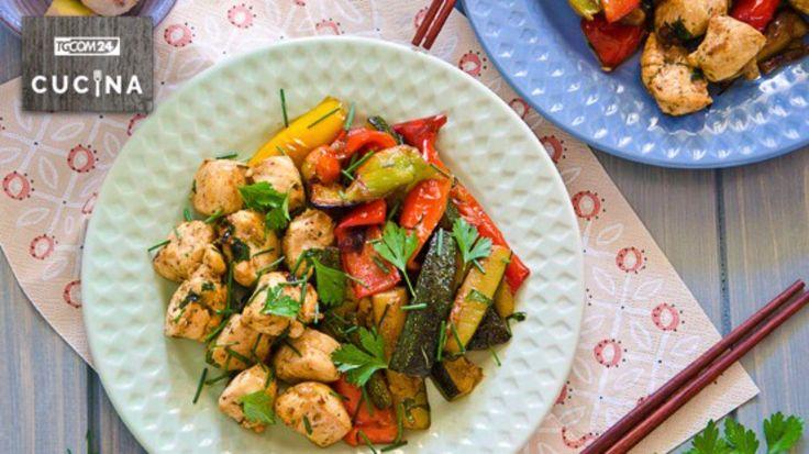 Un piatto unico tipico della cucina thailandese preparato con bocconcini di petto di pollo accompagnanto da verdure saltate e profumate con peperoncino, coriandolo ed erba cipollina.