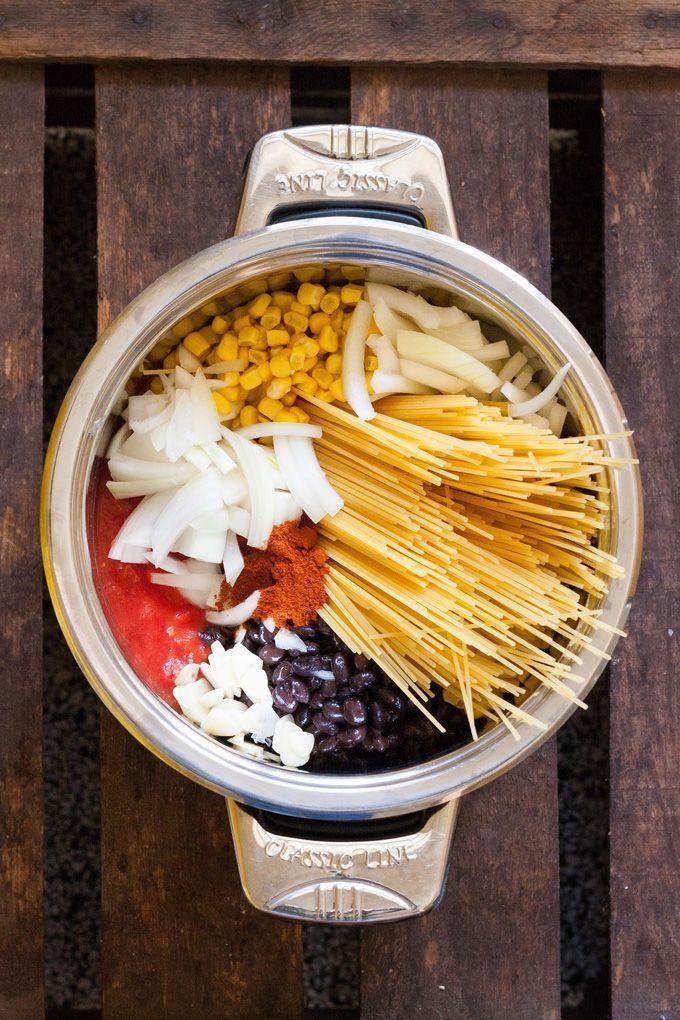 One Pot Mexican Pasta. Für dieses Rezept braucht ihr nur einen Topf und weniger als 15 Minuten - kochkarussell.com
