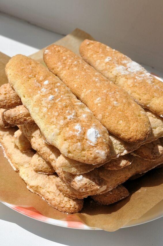 Бисквитное печенье савоярди является основой знаменитого итальянского десерта тирамису. Рецепт совсем несложный, главная работа у миксера, потому что все ингредиенты должны быть хорошо взбиты. Это обеспечит воздушность и объем готового печенья. Специфическая корочка получается благодаря посыпанию печенья сахарной пудрой перед выпечкой. Хранить печенье можно в закрытой емкости довольно долго.