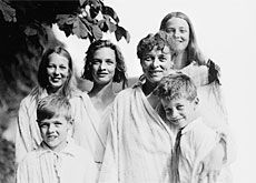 Renée Schwarzenbach entourée de ses enfants Hasi (à gauche), sa nièce Gundalena, Annemarie, Suzanne et Freddy. Mariafeld, 7 juillet 1921.