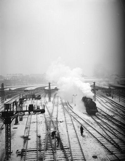 [Gare de l'Est. Les voies ferrées.] : [Paris. Gare de l'Est. Les voies ferrées sous la neige, depuis le pont de la rue Lafayette. 10e arr.]