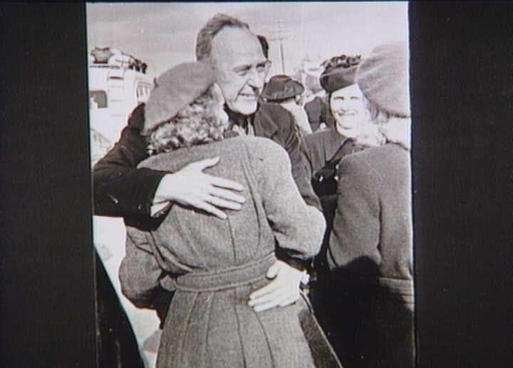 Bernadotte-aktionen. Danske fanger fra koncentrationslejre i Tyskland modtages i Odense efter ankomsten med Røde Kors busser i april 1945  Tidsperiode og årstal Datering:apr-45 - See more at: http://samlinger.natmus.dk/FHM/22849#sthash.X6BWI0lC.dpuf