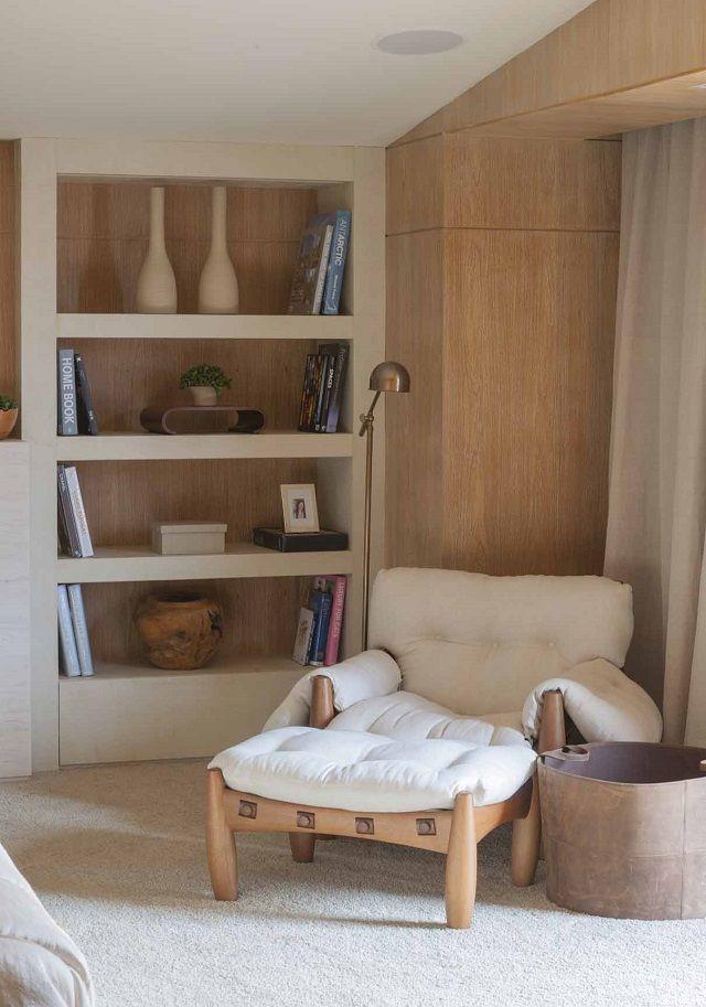 Cadeira branca confortável e apoio para os pés, ideais para o seu cantinho da leitura