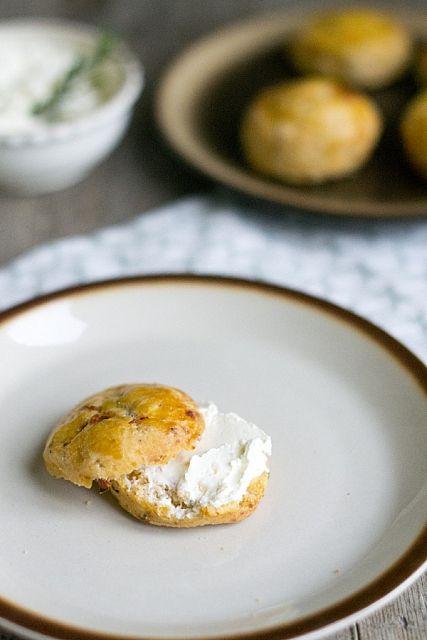 Filmpje: Hartige scones met kaas, zongedroogde tomaat en rozemarijn