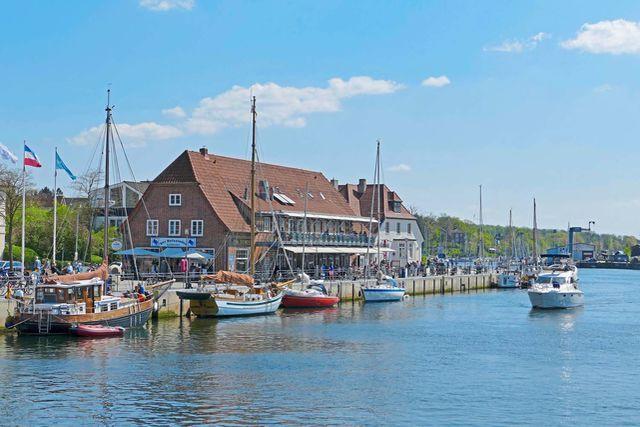 Die Lübecker Bucht zwischen Travemünde und Fehmarn lockt mit vielen Sehenswürdigkeiten und Möglichkeiten für Wassersport – und das Reisemobil parkt stets bequem und sicher gleich nebenan.