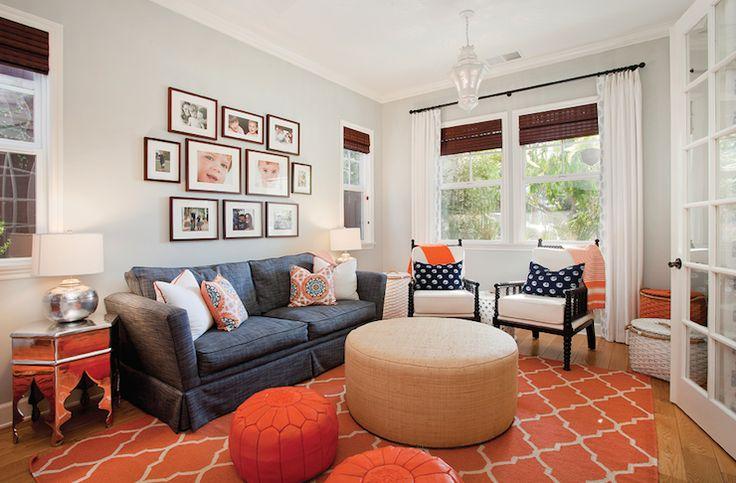 """O laranja dá o tom descontraído e vibrante para a sala de estar. Sofá, mesas laterais, pufes, futons, tapetes, almofadas e luminárias podem compor o espaço, apresentando diferentes tonalidades – ou não – do laranja. Esse """"truque"""" continua sendo uma tendência para 2017, pois favorece a elaboração de ambiente, tornando-os mais elegantes e atraentes.      #decoração #decoracao #decor #homedesign #arquiteturadeinteriores"""