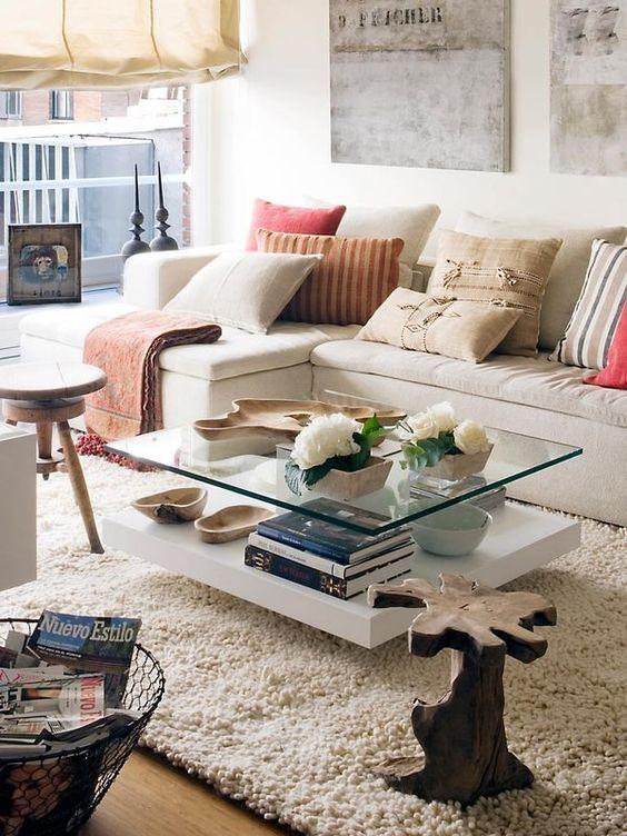 mesas de centro com tampo de vidro. como decorar a sala de estar. como decorar sala. mesa de centro diferente. sofá bege. sofá nude.