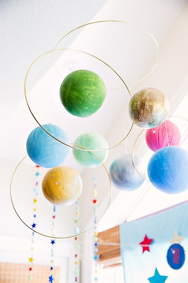 Decora tu fiesta espacio con bolas de poliespán pintadas para simular los planetas! / Decorate your space party with painted styrofoam balls for the planets!