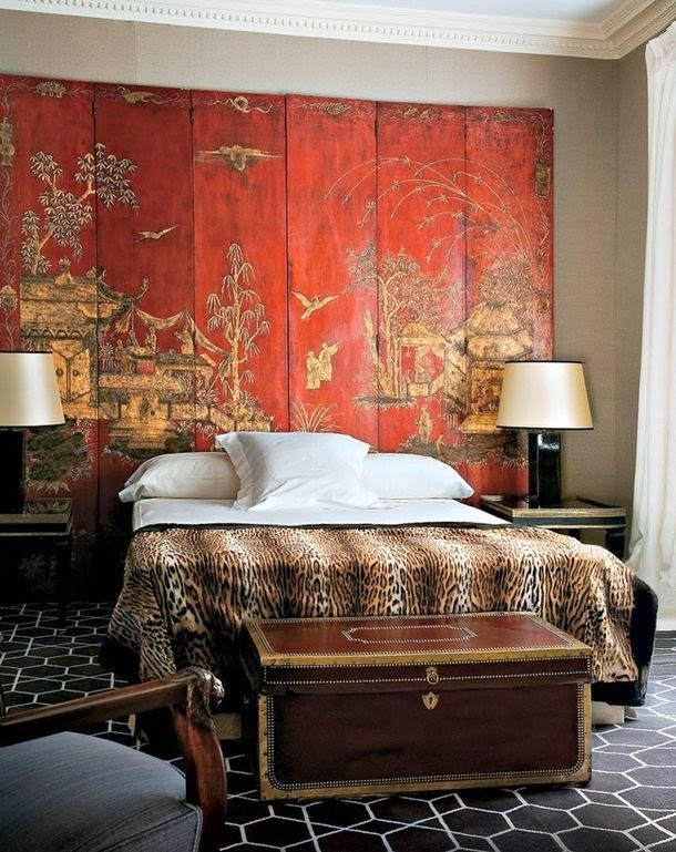 Chinese screen as an exciting headboard - in orange & gold.