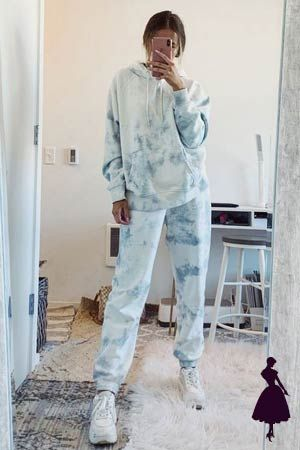 Este tipo de teñido se puede llevar en un total look para que se vea muy entretenido. #tiedye #modahippie Moda Hippie, Estilo Hippy, Parachute Pants, Harem Pants, Tie Dye, Outfits, Cool, Fashion, Entertaining