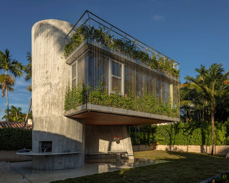 Sculptural House in Miami Beach  Architect Christian Wassmann created a three-storey extension of a residential bungalow from 1930s Miami Beach. Called Sun Path House his creation uses the sun to offers vitality to the building. At the top we find a terrasse with a solarium enjoy the sun of Florida. Façade are covered with vine.          #xemtvhay