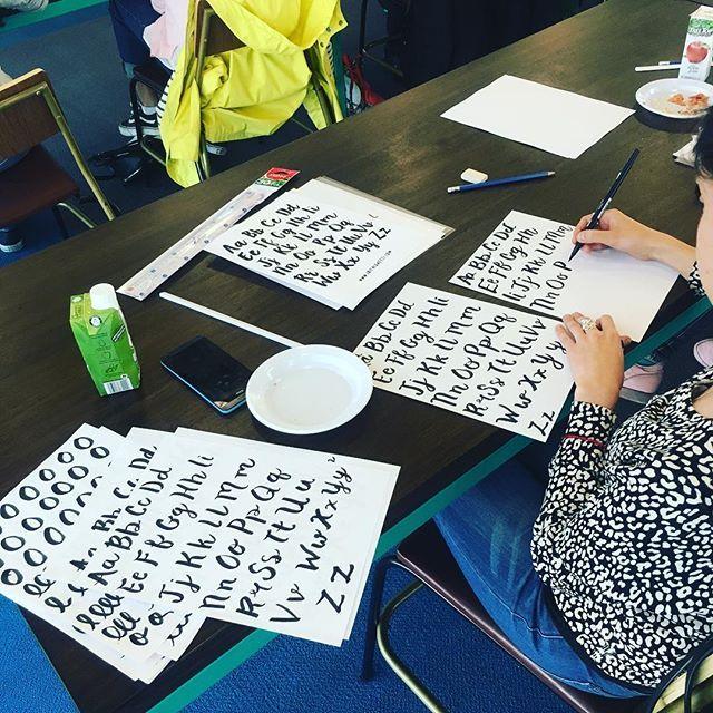 La caligrafía es terapéutica y combinarla con manualidades y actividades DIY nos ayuda a estar en el presente, disminuir la ansiedad y a flexibilizar la mente para pensar con claridad 🍃✨💆🏻