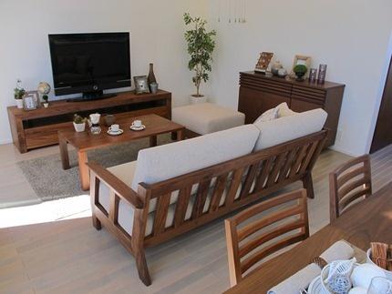 ウォールナット無垢材を使用した家具で統一したリビングダイニング空間